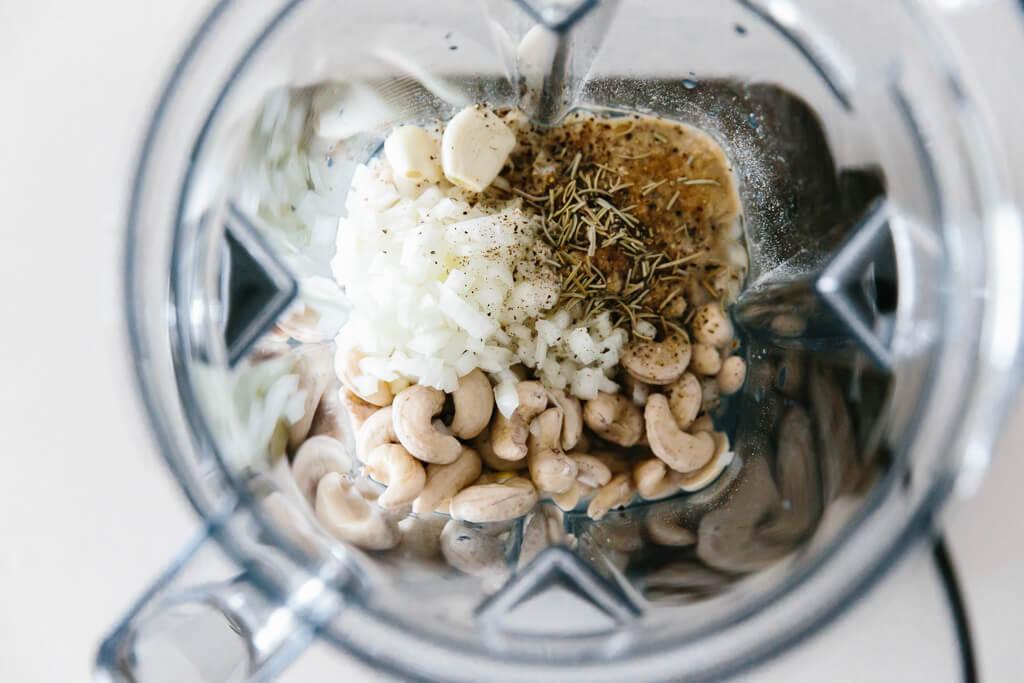 Vegan Alfredo Sos Tarifi - Kaju fıstıklarını ve malzemeleri bir arada karıştırın